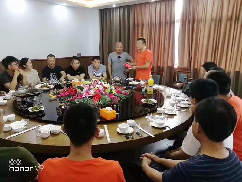 欧感公司为生产部老员工申安平举办践行宴会